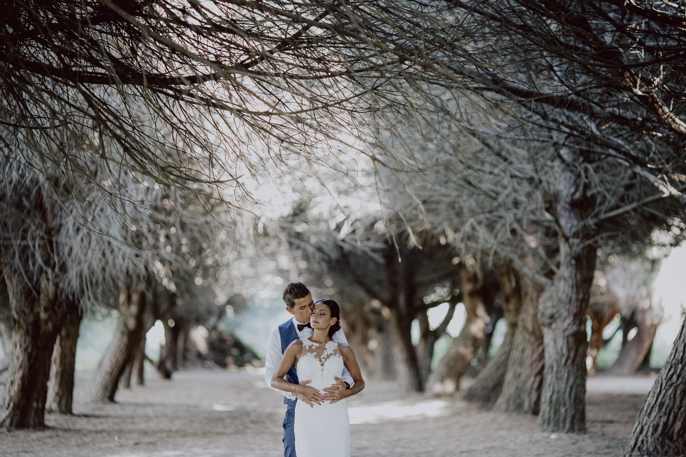 couple de marié dans la forêt
