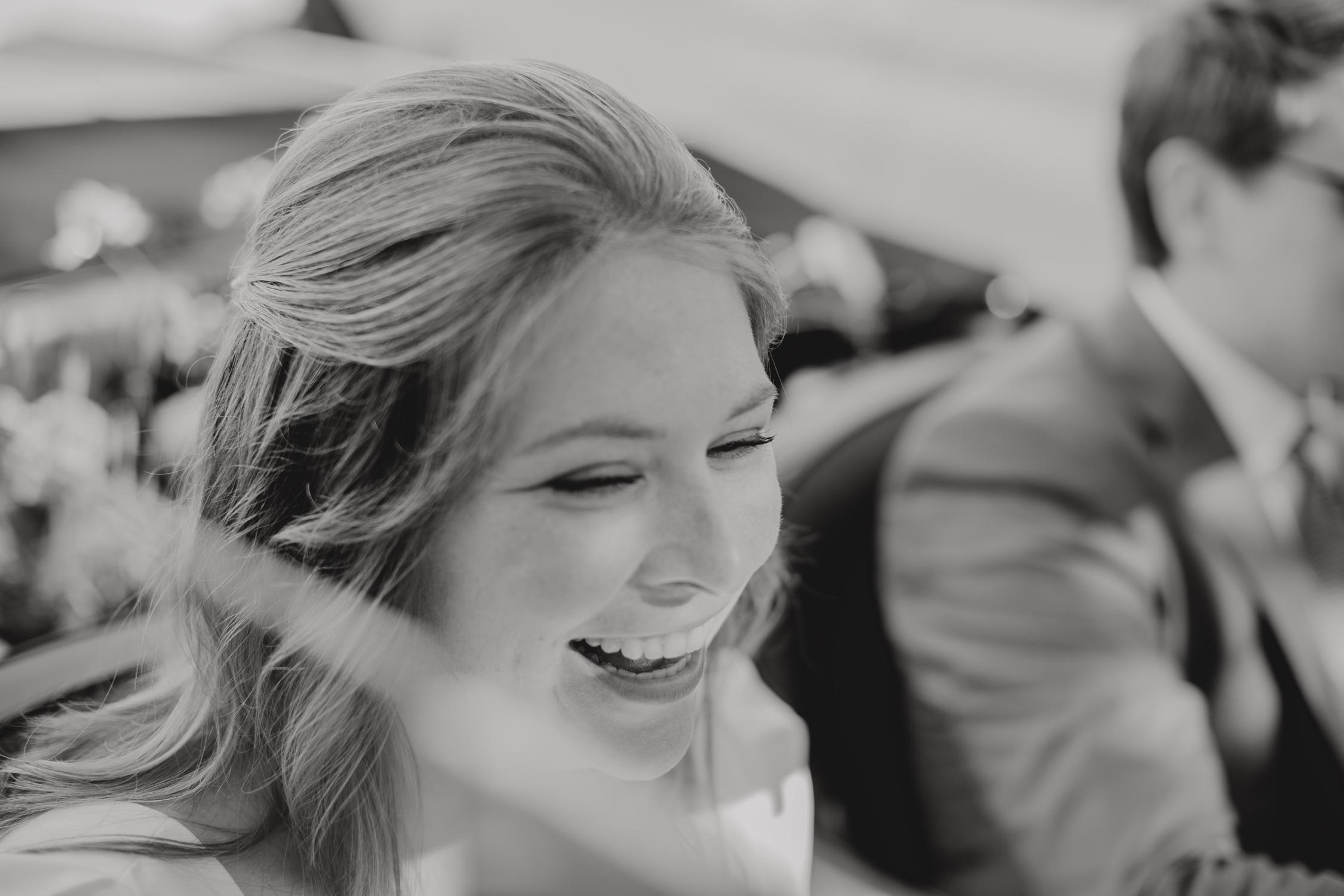 mariée qui rie dans sa voiture